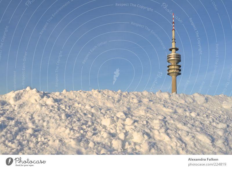 München geht unter. Sightseeing Städtereise Winter Schnee Olympiapark Fernsehturm Himmel Wolkenloser Himmel Bayern Menschenleer Turm Sehenswürdigkeit