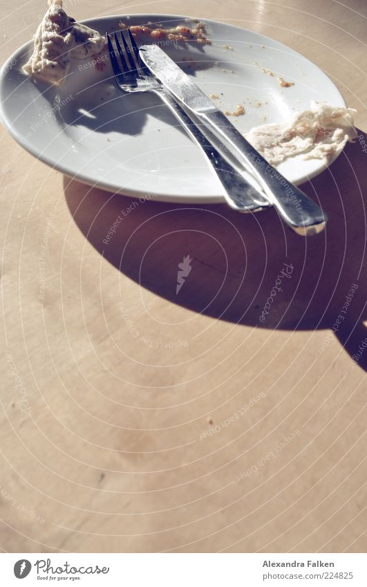 Alles hat ein Ende. Lebensmittel Ernährung Geschirr Teller Besteck Messer Gabel Laster Weißwurst Wurstpelle Tellerrand Tradition fertig Farbfoto Innenaufnahme