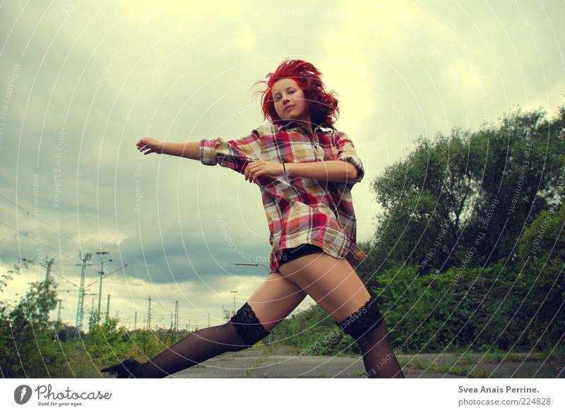 ! Mensch Jugendliche Leben feminin springen Haare & Frisuren Stil Erwachsene Tanzen Mode Lifestyle Coolness Gesäß dünn Hemd