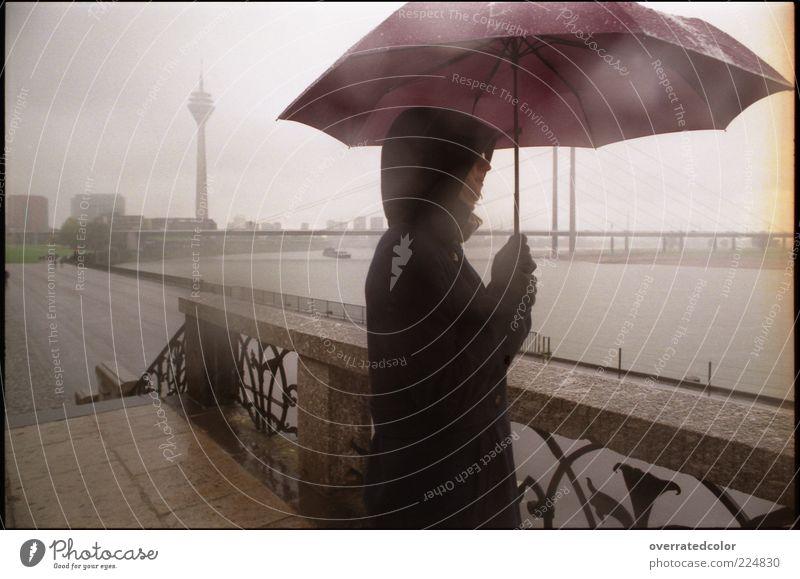 Umbrella rain ruhig Ferne Freiheit Mensch 1 schlechtes Wetter Unwetter Nebel Regen Düsseldorf Menschenleer Brücke Turm Fernsehturm Jacke Kapuze Regenschirm