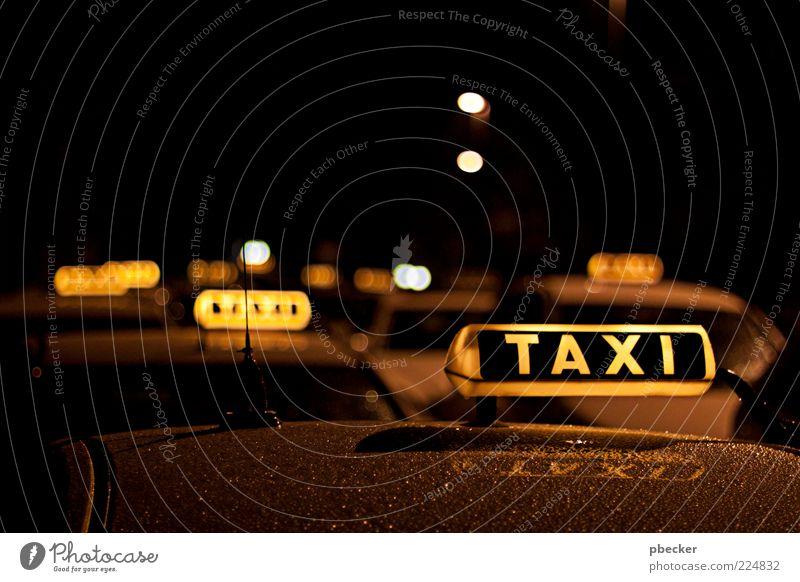 Taxi ruhig schwarz gelb Bewegung PKW Beleuchtung warten nass Schilder & Markierungen Beginn Tourismus Verkehr Schriftzeichen einfach nah leuchten