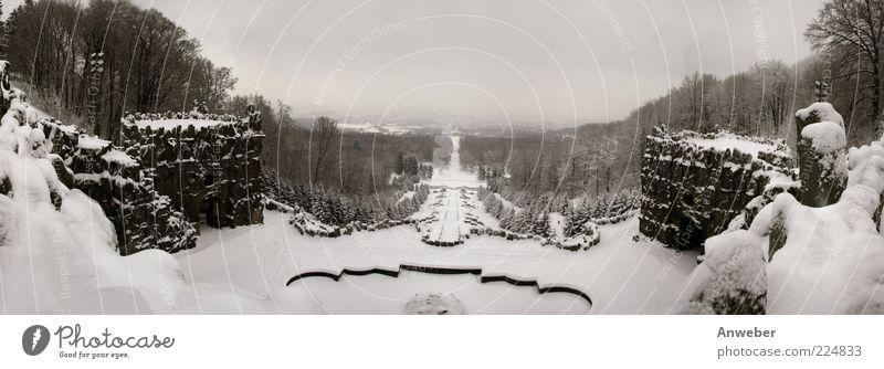 Verschneite Herkules-Kakaden in Kassel Winter Ferne Schnee Berge u. Gebirge Architektur Gebäude Stimmung Wetter Park Deutschland ästhetisch Europa Brunnen