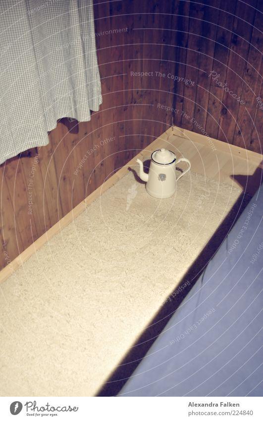 Einsame Kanne an Holzwand. Häusliches Leben Wohnung Raum Schlafzimmer Teppich Vorhang Wandtäfelung Holzvertäfelung Luftmatratze Zimmerecke Kannen Milchkanne