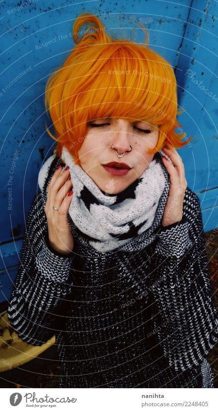 Mensch Jugendliche Junge Frau blau schön Winter 18-30 Jahre schwarz Gesicht Erwachsene Wärme Lifestyle Herbst kalt feminin Stil