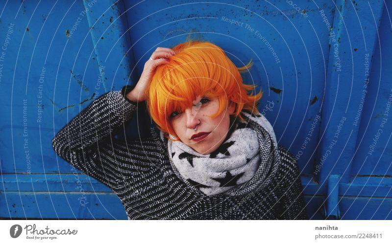 Junge Frau der gebohrten und verärgerten Rothaarigen Lifestyle Haare & Frisuren Gesicht Mensch feminin Jugendliche 1 18-30 Jahre Erwachsene Herbst Winter
