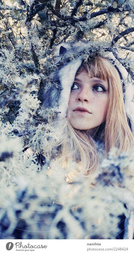 Junge Frau, die einen Pelzhut in das Holz am Winter trägt Mensch Natur Jugendliche schön weiß Baum Wald 18-30 Jahre Erwachsene Umwelt kalt Schnee feminin Stil