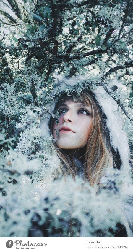 Junge schöne Frau an einem Wintertag Mensch Natur Jugendliche Junge Frau Pflanze weiß Baum 18-30 Jahre Erwachsene Umwelt Lifestyle kalt feminin Haare & Frisuren