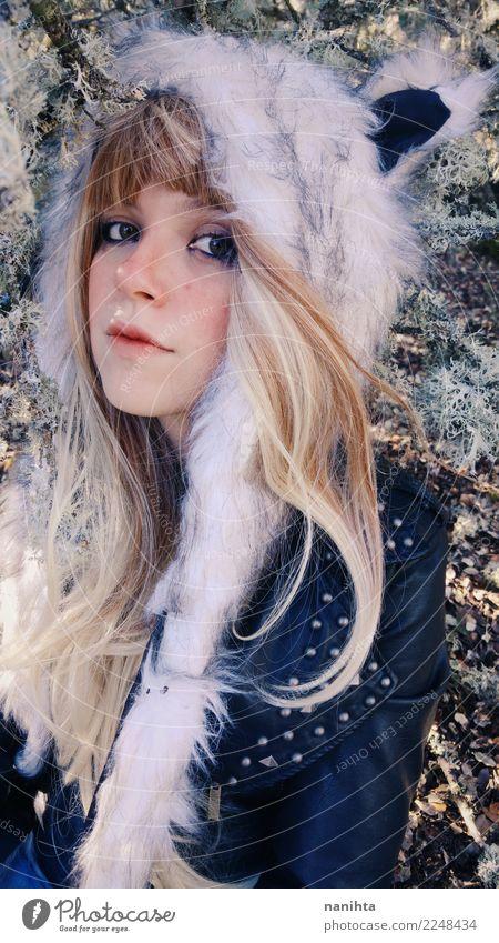 Junge blonde Frau, die einen Pelzhut trägt Stil exotisch schön Mensch feminin Junge Frau Jugendliche 1 18-30 Jahre Erwachsene Luft Winter Bekleidung Jacke Fell