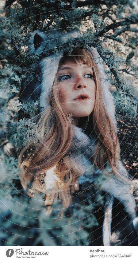 Junge wilde Frau, die einen Pelzhut in das Holz trägt Mensch Natur Jugendliche Junge Frau schön Baum Blatt Winter Wald 18-30 Jahre Gesicht Erwachsene Umwelt