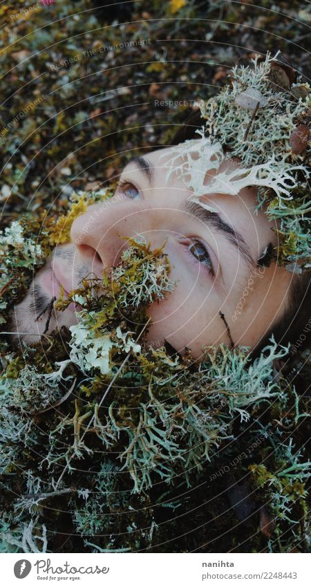 Gesichtsbedeckung des jungen Mannes durch Moos Mensch Natur Pflanze schön grün weiß Erholung ruhig Wald Erwachsene braun maskulin Wachstum Haut