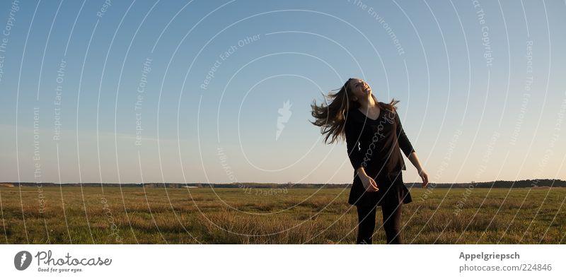 Frühlingsgefühle Mensch Jugendliche Freude Ferne feminin Bewegung Gras Haare & Frisuren lachen Glück Zufriedenheit blond Feld natürlich frei Fröhlichkeit