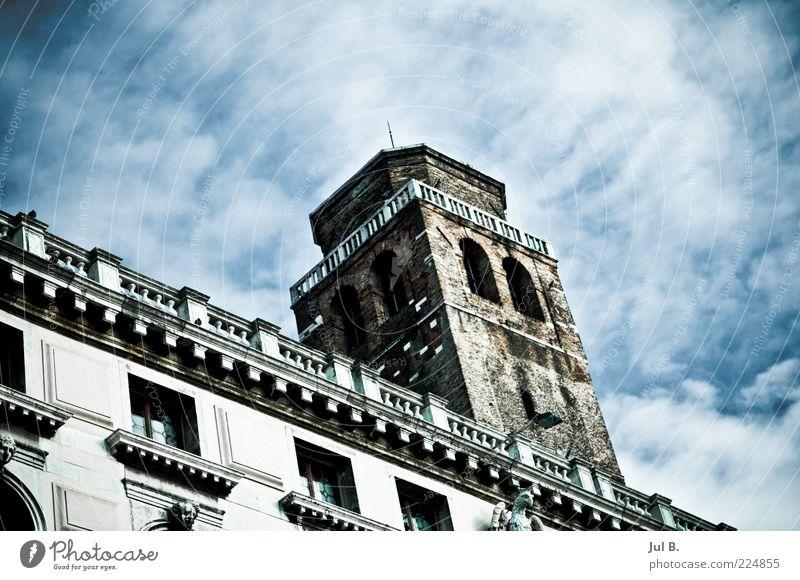 Wolken(kratzer) Kunstwerk Haus groß Kraft einzigartig historisch Altbau Fassade Fensterfront Turm Himmel Wolkenschleier Textfreiraum oben Textfreiraum rechts