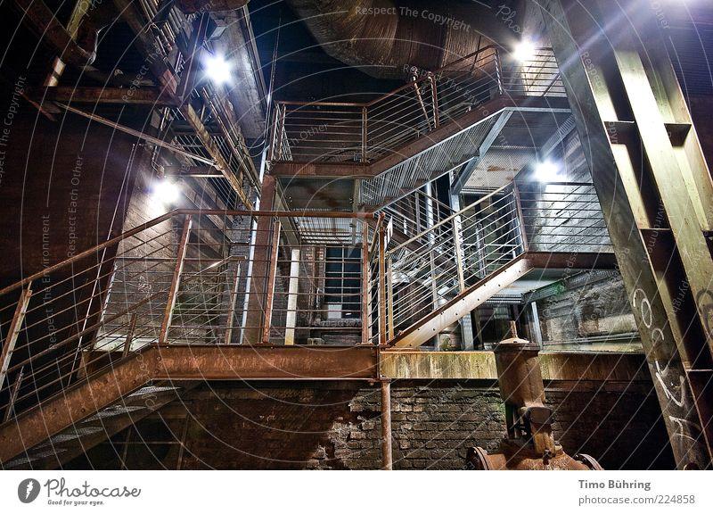 Weg ins Ungewisse alt kalt dunkel Wand Architektur Mauer Gebäude Metall Kunst Beleuchtung dreckig Beton Treppe Energiewirtschaft Industrie