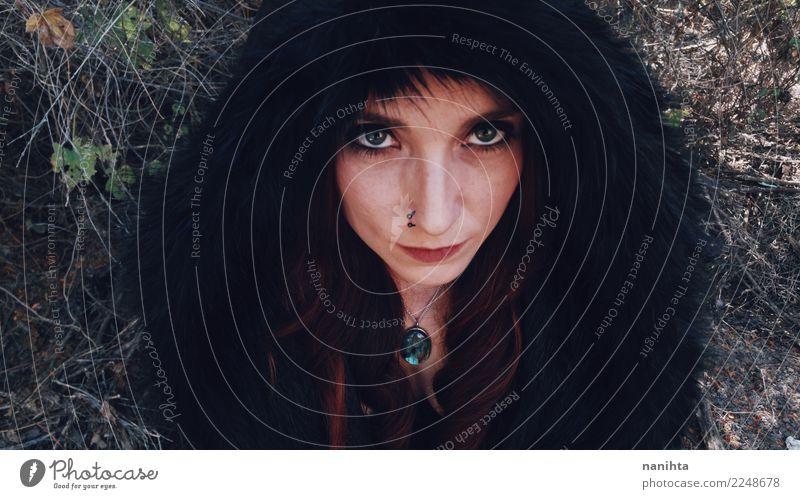Junge Frau, die einen schwarzen Pelzmantel trägt Mensch Jugendliche schön dunkel Gesicht Erwachsene feminin Stil Haut fantastisch einzigartig Neugier exotisch