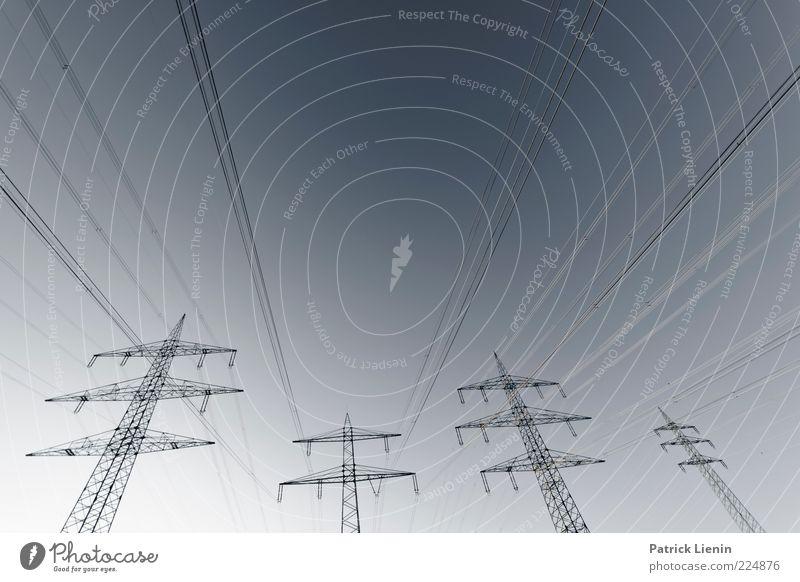 Hochspannung Himmel Umwelt Linie Energie verrückt Energiewirtschaft Zukunft gefährlich Industrie trist Technik & Technologie Bauwerk Wissenschaften Spannung
