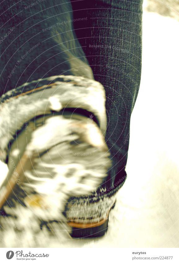Der Fortschritt. kalt Schnee Beine Fuß gehen laufen wandern Politische Bewegungen Frost Jeanshose Spaziergang Stiefel schreiten Wanderschuhe Mensch Schuhe