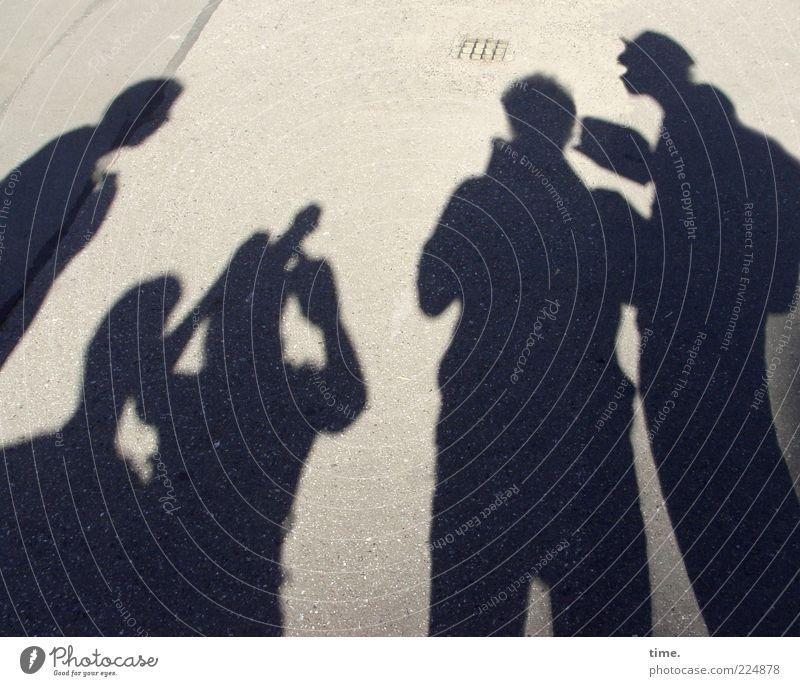 Betriebsausflug Mensch sprechen Straße dunkel Menschengruppe Beton planen stehen Asphalt beobachten Sitzung Beratung Anhäufung Schatten Medien