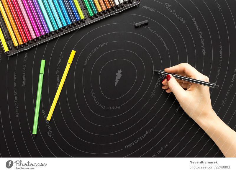 Tabletop-Szene mit weiblicher Handschrift Schreibtisch Tisch Kunst Künstler Kunstwerk schreiben trendy oben Sauberkeit blau mehrfarbig gelb grün schwarz Stil
