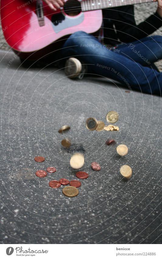 hart verdient betteln Armut Geld Bettler Gitarre Musik Straßenmusiker sitzen Spielen Euro Almosen Spende obdachlos Kunst Straßenkunst einbringen Obdachlose