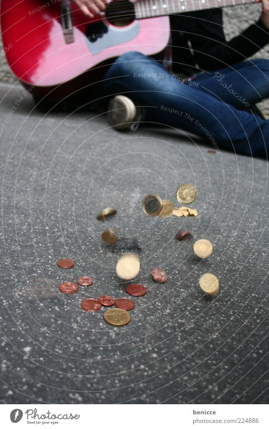 hart verdient Straße Spielen Bewegung Wege & Pfade Musik Kunst sitzen Armut Geld Boden Bodenbelag Jeanshose Asphalt fallen Bürgersteig Gitarre