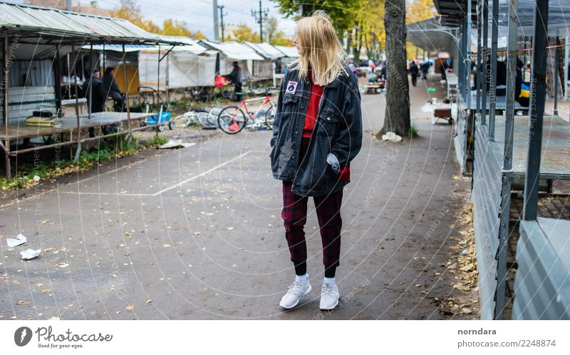 Flohmarkt kaufen Junge Frau Jugendliche 1 Mensch Jugendkultur Subkultur Punk Stadt Jacke Turnschuh wählen authentisch trendy hoch blond Flohmarktstand Markt