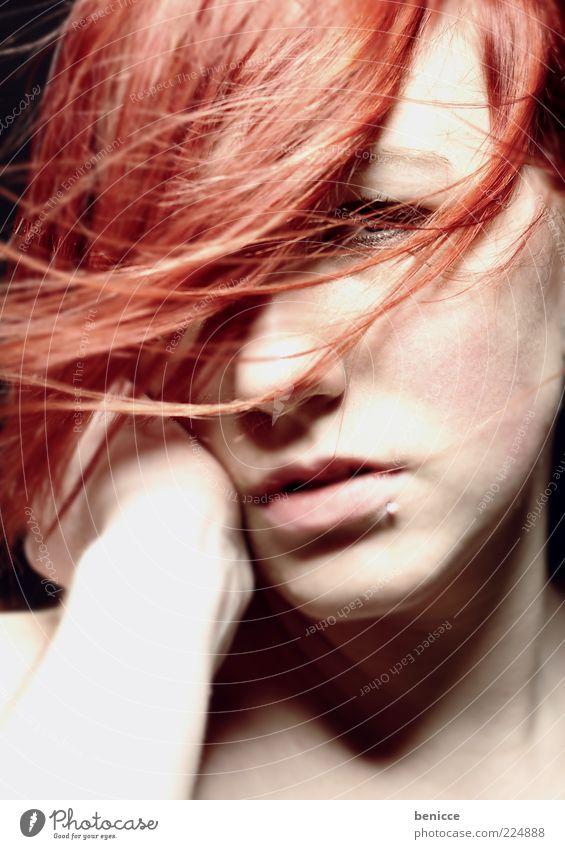 herbstrot Frau rot Einsamkeit Gesicht feminin Haare & Frisuren Traurigkeit Wind Körperhaltung Model langhaarig selbstbewußt Piercing ernst Hochmut