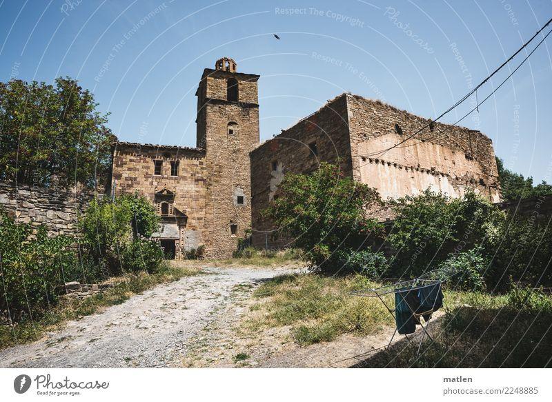 voller Wäschetrockner vor Ruine Haus Burg oder Schloss Mauer Wand Fenster Tür Straße alt außergewöhnlich blau braun grau grün Wäscheständer Spanien Rioja
