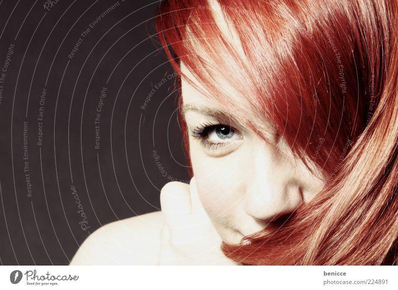 lola Frau Mensch rothaarig Haare & Frisuren Blick in die Kamera Porträt lachen Lächeln schön süß niedlich Studioaufnahme dunkel Auge Gesicht Jugendliche