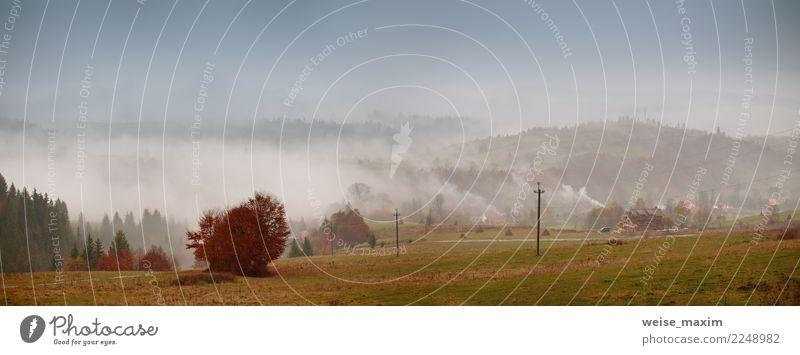 Herbstnebel im Bergdorf. Bewölktes regnerisches nebelhaftes Panorama schön Ferien & Urlaub & Reisen Berge u. Gebirge Haus Natur Landschaft Himmel Wetter