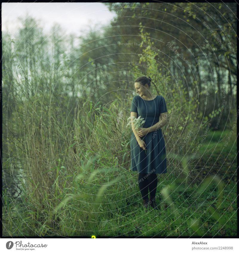 Am See Natur Jugendliche Junge Frau schön Landschaft Blume ruhig 18-30 Jahre Erwachsene Herbst natürlich feminin Gras Glück träumen ästhetisch