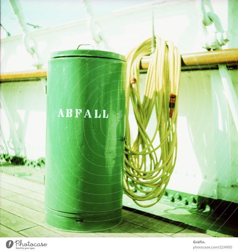 Wegwerfgesellschaft grün gelb hell Wasserfahrzeug Schriftzeichen Sauberkeit Müll hängen Schlauch nachhaltig Müllbehälter Fass Schiffsplanken Reling Aufschrift