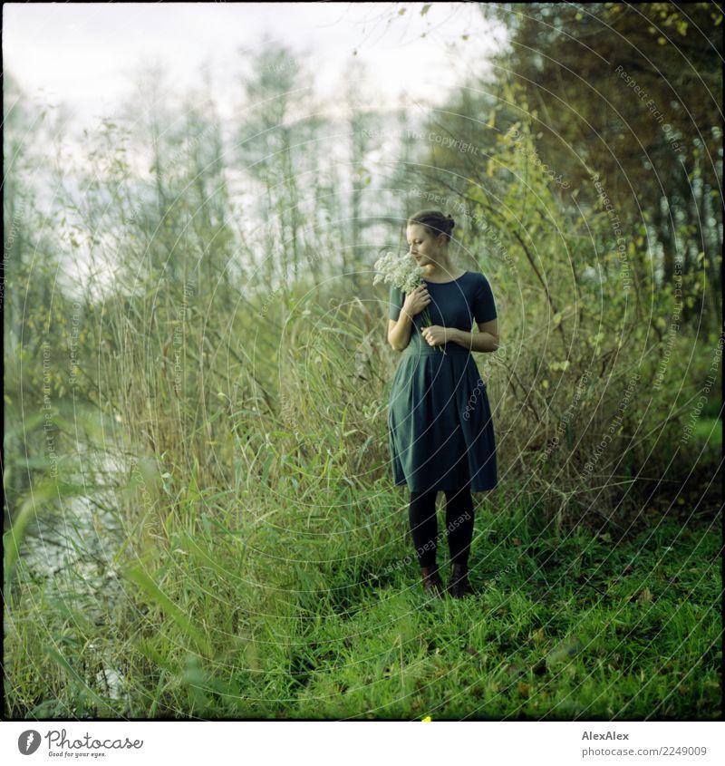 Laura Glück schön harmonisch ruhig Junge Frau Jugendliche 18-30 Jahre Erwachsene Natur Landschaft Sommer Herbst Schönes Wetter Gras Sträucher Seeufer Kleid