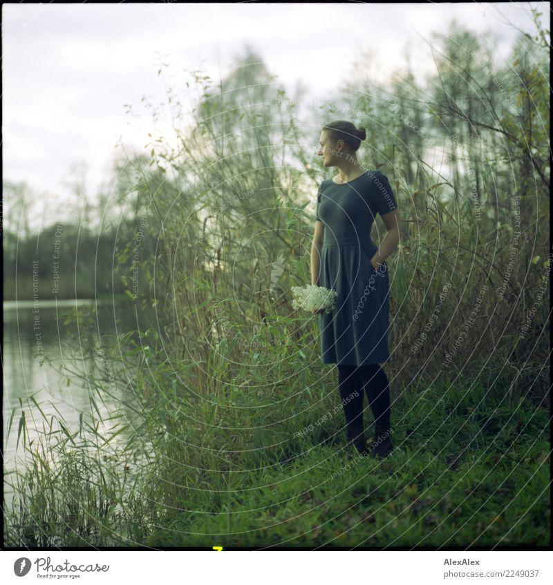 Am See Freude schön harmonisch Sinnesorgane Junge Frau Jugendliche 18-30 Jahre Erwachsene Natur Landschaft Sommer Herbst Schönes Wetter Baum Gras Sträucher