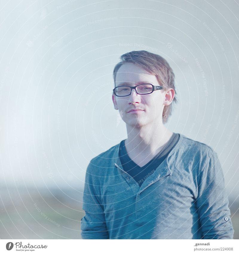 Blauigkeit Mensch Mann Jugendliche schön Kopf Haare & Frisuren Traurigkeit Erwachsene Körper maskulin ästhetisch modern Brille T-Shirt authentisch