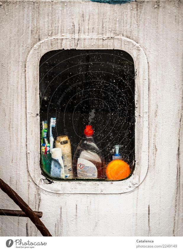 Kurioses | Blick durchs Bullauge eines Fischkutters Fischer Schifffahrt Fischerboot Zahncreme Haarwaschmittel Zahnbürste grün orange schwarz weiß Stimmung