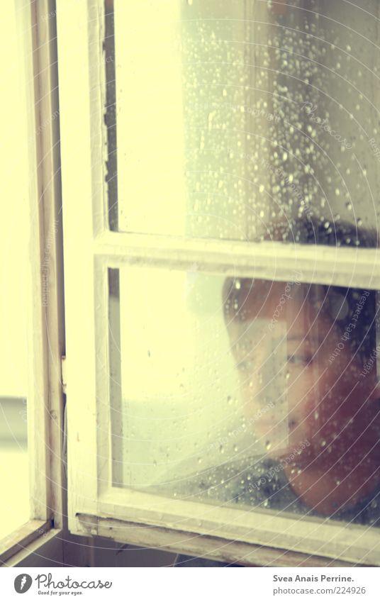 am fenster. Mensch Kind Einsamkeit Fenster Gefühle träumen Traurigkeit Regen Stimmung Denken warten nass Wassertropfen Kindheit Hoffnung trist