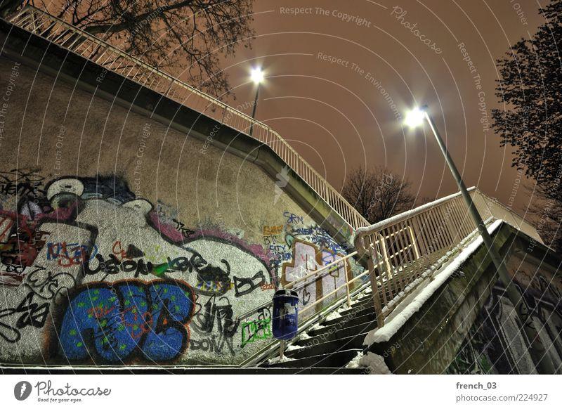 stürzender Aufgang Stadt blau Wolken Winter gelb kalt dunkel Wand Schnee Bewegung Graffiti Mauer Linie Angst Beleuchtung Treppe