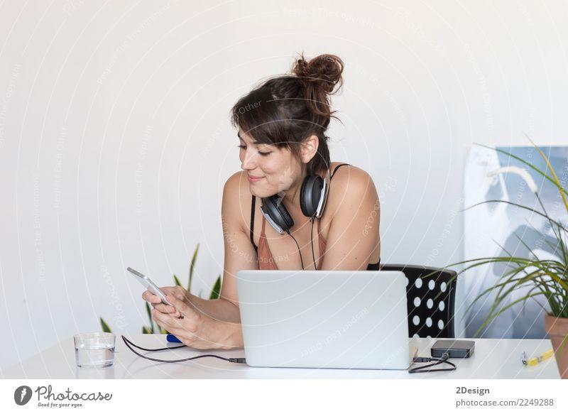 Geschäftsfrau, die an ihrem Laptop bei der Arbeit arbeitet (Stern-oben Konzept) Frau Erwachsene Lifestyle Business Glück Arbeit & Erwerbstätigkeit Büro