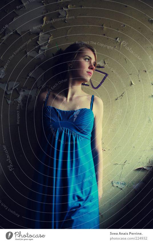lady in blue. Mensch Jugendliche schön blau Wand Gefühle Stil träumen Traurigkeit Mauer Denken Stimmung Erwachsene dreckig elegant