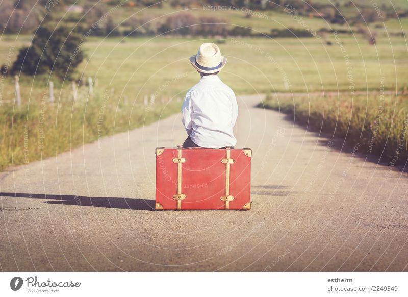 Kind auf der Straße Mensch Ferien & Urlaub & Reisen Einsamkeit Freude Lifestyle Gefühle Junge Tourismus Freiheit Ausflug maskulin träumen Kindheit Abenteuer