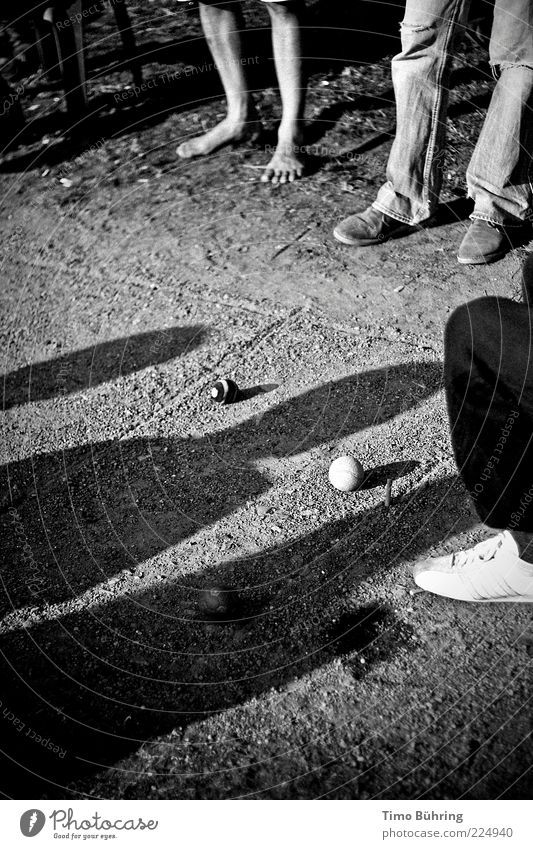 Schattenspiel Mensch weiß schwarz Spielen Sand Beine Fuß Erde stehen natürlich einfach Kugel Kies Anschnitt Bildausschnitt