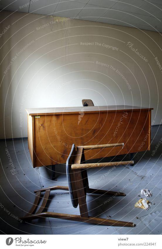 Kündigung Möbel Schreibtisch Stuhl Raum Holz einfach braun rein stagnierend Stimmung Verfall umfallen Schrecken ohnmächtig Farbfoto Gedeckte Farben