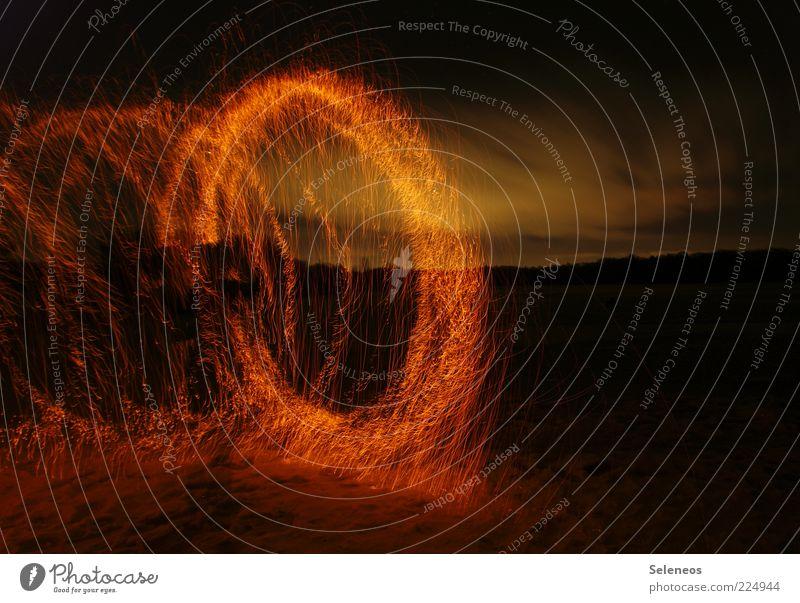 die Erde brennt Ausflug Abenteuer Umwelt Natur Landschaft Himmel Wolken glänzend leuchten Feuer Feuerwerk brennen Wunderkerze Farbfoto Menschenleer Abend