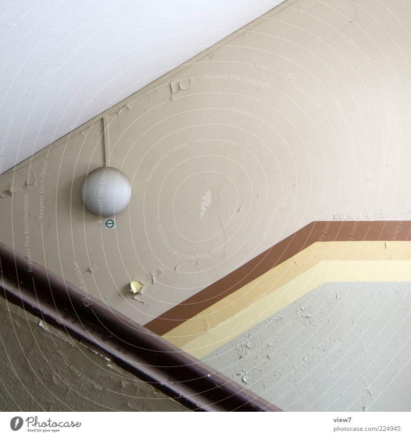 auf und ab alt schön Haus Wand Mauer Linie Lampe braun Raum Beleuchtung elegant Beton Design Beginn Treppe modern