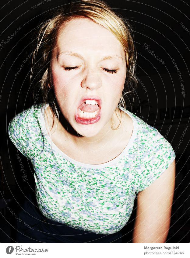 Gute Laune Frau Mensch Gesicht Erholung kalt feminin Erwachsene Mund blond wild bedrohlich Kommunizieren Wut schreien Konflikt & Streit skurril