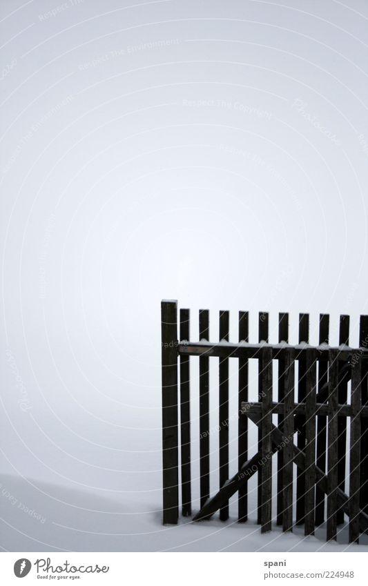 Schneesperre Menschenleer Zaun Holz alt ästhetisch eckig kaputt schwarz weiß Winter Barriere Holzbrett Farbfoto Außenaufnahme Textfreiraum links