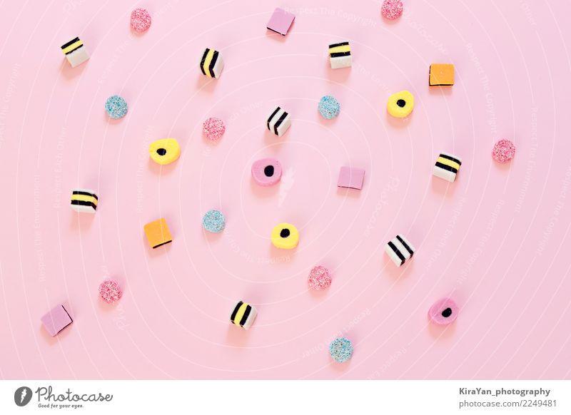 Farbige Süßigkeit zerstreut auf den rosa Hintergrund Dessert Süßwaren Essen Freude Party Feste & Feiern Menschengruppe außergewöhnlich hell lecker blau gelb