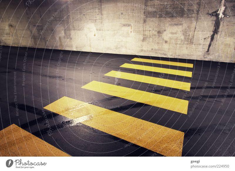 major obstacle Parkhaus Mauer Wand Straße Beton Verkehrszeichen Linie gelb grau schwarz Reifenspuren Zebrastreifen Barriere geschlossen Sackgasse Farbfoto