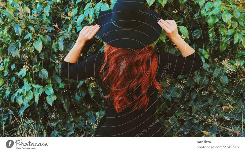 Hintere Ansicht einer Rothaarigefrau in einem grünen Garten Lifestyle elegant Stil Haare & Frisuren Mensch feminin Frau Erwachsene 1 30-45 Jahre Natur Pflanze