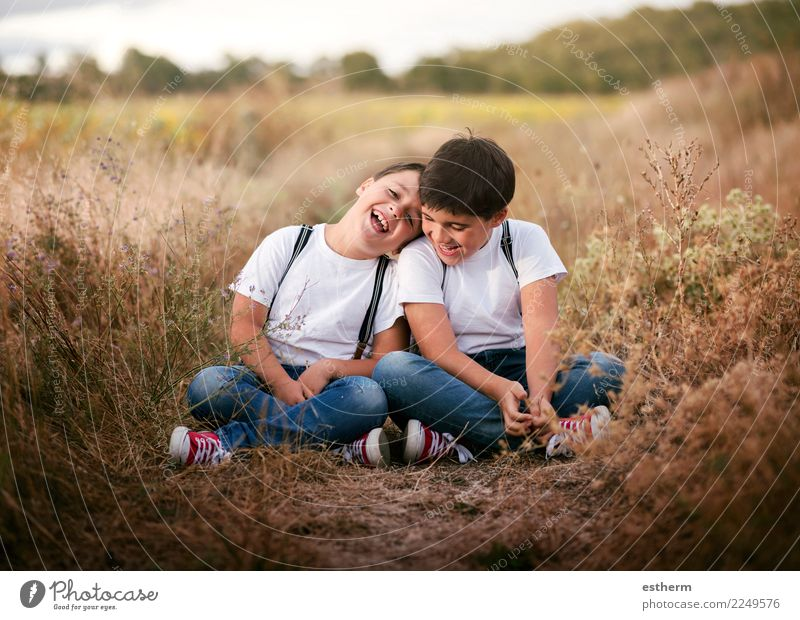 Kind Mensch Freude Lifestyle Liebe Wiese Gefühle Familie & Verwandtschaft lachen Junge Zusammensein Freundschaft maskulin Park Feld Kindheit